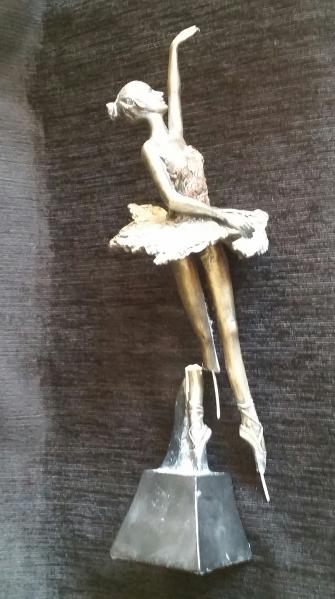 escultura de resina quebrada